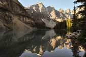 Lake Moraine early morning in all it's beauty, Alberta, Canada — Stock Photo