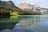 Incredible Emerald Lake in the rockies, British Colombia, Canada — Stock Photo