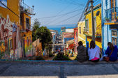 Girls enjoying the streets of Valparaiso, Chile — Stock Photo
