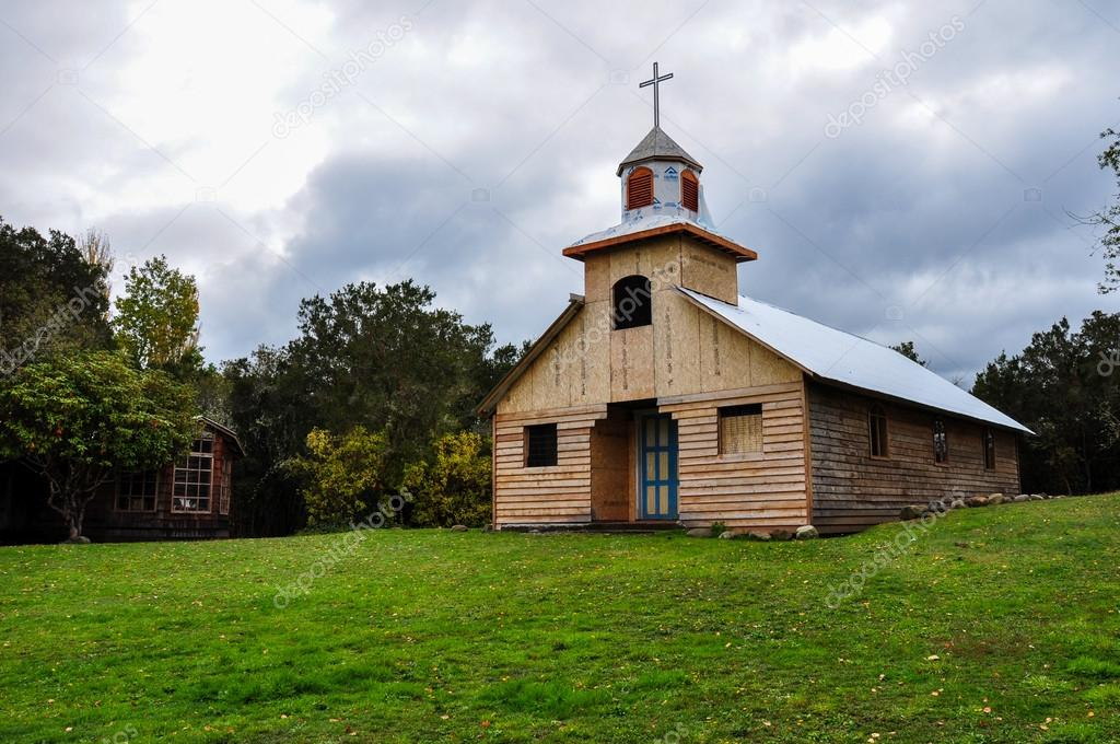 Bellissime chiese in legno e colorate isola di chilo for Moderni piani di palafitte