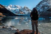 Trekker enjoying beautiful views over Cerro Torre, Fitz Roy, Arg — Stockfoto