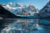 Gefrorene see reflexion im cerro torre, fitz roy, argentinien. — Stockfoto