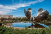 Giant flower (Floralis Generica) in Buenos Aires, Argentina — Stock Photo