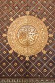 Huge door in Al-Masjid an-Nabawī Mosque, Saudi Arabia — Stock Photo