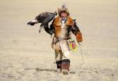 Kosh-Agach,Russia - September 21, 2014: the hunter with an eagle — Stock Photo