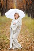 Young woman in autumn,wrapped up against the cold and, shelterin — Stock Photo