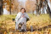 Young woman in autumn, wrapped up against the cold, cool hot tea — Stockfoto