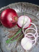 Red onion with green chive on old vintage plate — Stock Photo