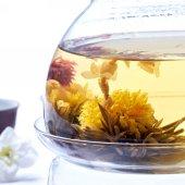 Silver needle tea jasmine with detail of flowers — Stock Photo