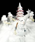 冬天堆雪人,圣诞树背景 — 图库照片