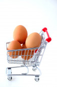 Shopping Cart filled with brown Eggs — Stockfoto