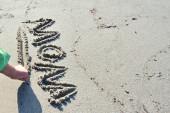 Mamá de escritura de mano de los niños en la arena — Foto de Stock