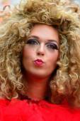 женщина с огромными волос керли — Стоковое фото