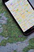 Mobil na mapě zobrazující londýn — Stock fotografie