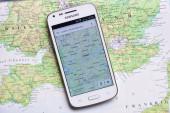 смартфон на карте показаны дублин — Стоковое фото