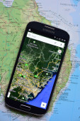 Smartphone on map showing Sidney — Stockfoto