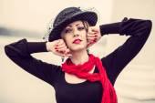年轻漂亮性感的女士穿着黑色连衣裙户外 — 图库照片