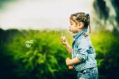 Feliz bonita niña al aire libre en el Parque — Foto de Stock