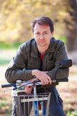 Homem e uma bicicleta — Foto Stock