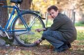 Homem e bicicleta — Foto Stock