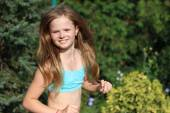 Running an smiling, happy girl listen to music — Стоковое фото