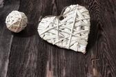 Romántico, corazón blanco y esfera en madera oscura — Foto de Stock