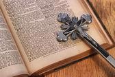 Gümüş üzerine eski bir kitap kutsal çapraz. — Stok fotoğraf
