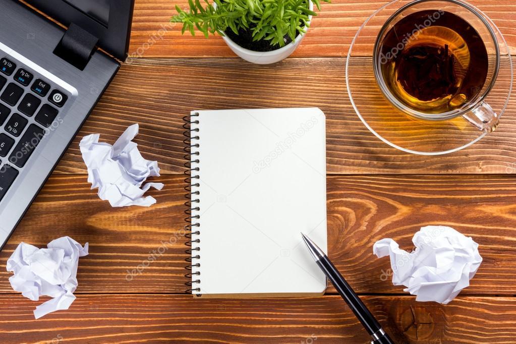 B ro schreibtisch mit wei en leeren notizbuch stift for Schreibtisch von oben