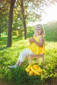 девочка с фруктами на зеленом газоне — Стоковое фото