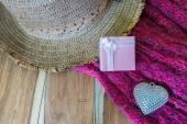 Dárkové krabice, stříbrné srdce, scarve, klobouk na pozadí dřevěná dekorace — Stock fotografie