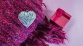 Eşarp gümüş kalp yakın ile Sevgililer günü arka plan — Stok fotoğraf