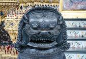 Opiekun brązowy lew w grand królewska świątynia buddyzm - wat ph — Zdjęcie stockowe
