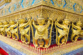 The golden garuda statues at Grand Palace or Temple of the Emera — Stock Photo