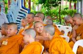 BANGKOK ,THAILAND - 9 JULY 2014 : Unknown young novice monks in  — Stockfoto