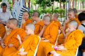 Bangkok, Tailândia - 9 de julho de 2014: monges desconhecido jovem noviço em — Fotografia Stock