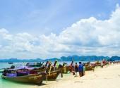 KRABI ,THAILAND - APRIL 9 2012: Krabi beach with group of touris — Stock Photo
