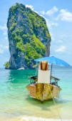 Krabi beach with food store boat   — Foto Stock