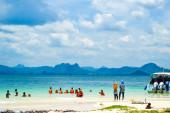 KRABI ,THAILAND - APRIL 9 : Many group of tourist on the beach o — Stock Photo