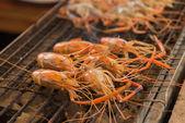 在滚热的炉子上烤的虾 — 图库照片