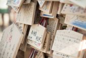 Wooden prayer boards in Japanese Shinto temple — Stock Photo