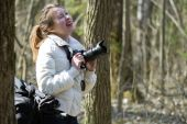 Young woman photographer forest — Stock Photo