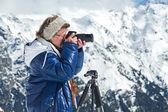 Girl photographer mountains — Foto Stock