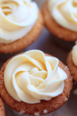 Cup-cake with vanilla butter-cream icing. — Stock Photo