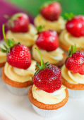 Cupcake with whipped cream and strawberry — Stock Photo