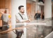 Guy in a shopping center — Foto Stock