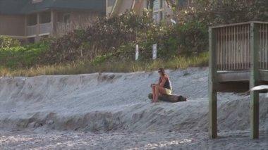 Girl Sitting Wating Sunset On Beach — Stock Video