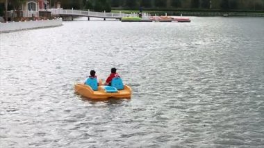 People On Paddle Boat — Vídeo Stock