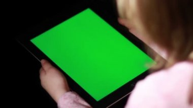 Woman holding tablet -pc with green  screen — Stock Video