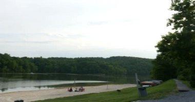 Vista da praia do lago — Vídeo stock