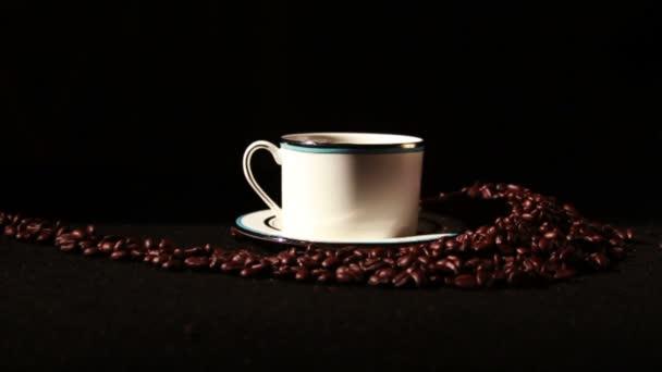 Copa y granos de café — Vídeo de stock